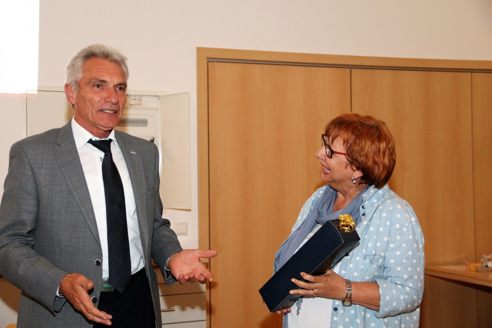 Anne Heller (rechts) bedankt sich bei Karl Wolf für seinen Vortrag über das Bildungswesen.